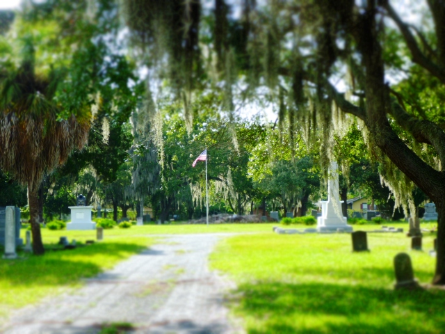 flagpole in greenwood cemetery, st Petersburg, florida, the greener bench blog