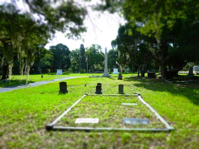 gravestones in greenwood cemetery, st Petersburg, florida, the greener bench blog